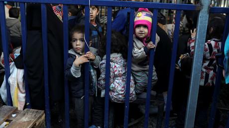 Gerade angekommen: Kinder warten mit ihren Eltern auf die Registrierung im Moria-Flüchtlingslager, Lesbos, Griechenland, 27. November 2019.