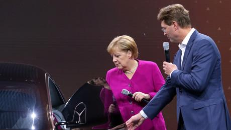 Skeptische Blicke? Bundeskanzlerin Angela Merkel begutachtet im September 2019 das neueste Elektromobil von Mercedes-Benz, den Mercedes-Benz Vision EQS. Neben ihr steht Ola Källenius, der Vorstandsvorsitzende der Daimler AG.