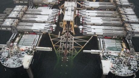 Das Verlegeschiff Pioneering Spirit des schweizerisch-niederländischen Unternehmens Allseas, das infolge der drohenden US-Sanktionen seine Arbeit an der Pipeline Nord Stream 2 gestoppt hat.