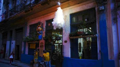 Der Künstler Generoso Betancourt schaut auf seinen Weihnachtsbaum, der über der Tür seines Ateliers in der Innenstadt von Havanna hängt, 23. Dezember 2017.