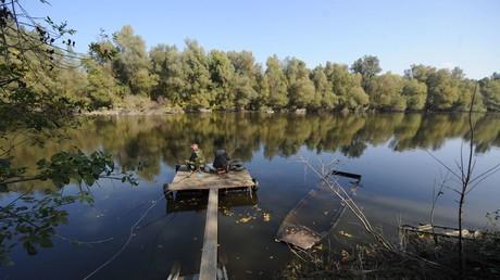 Die Donau bildet, wie hier in der Nähe der Stadt Bezdan, eine natürliche Grenze zwischen Serbien, Kroatien und Ungarn. Besonders in den Wintermonaten, durch den Nordwind und die Strömung, gilt der Fluss als sehr gefährlich.