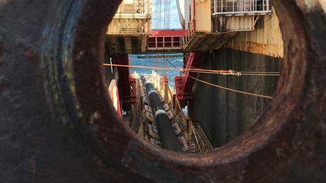 Das Verlegeschiff Solitaire des schweizerisch-niederländischen Unternehmens Allseas während seiner Arbeiten am Bau der Pipeline Nord Stream 2, die es angesichts drohender US-Sanktionen gestoppt hat