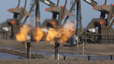 Fracking zur Ölgewinnung in North Dakota, USA, bei dem Erdgas abgefackelt wird, weil keine Leitungen für seine Markteinspeisung gebaut wurden.