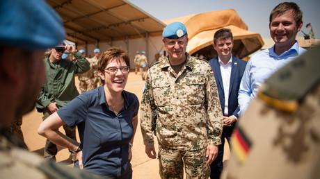 Verteidigungsministerin Kramp-Karrenbauer im Oktober 2019 beim Truppenbesuch in Mali.