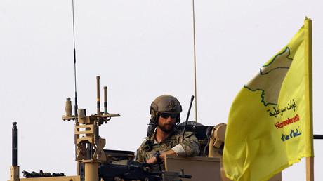 Ein US-Soldat auf einem Militärfahrzeug auf dem al-Omar Ölfeld in Deir Al Zor