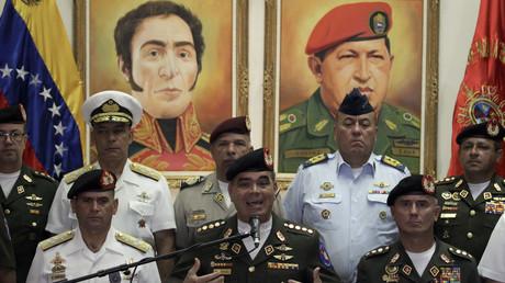 Die Ausnahme, die die Regel bestätigt: Venezuelas Verteidigungsminister Vladimir Padrino López (vorn M.), bekräftigt vor hohen Offizieren die Treue der Streitkräfte zur Regierung von Nicolás Maduro. Das Militär hatte 2002 einen US-freundlichen Putsch gegen dessen Amtsvorgänger Hugo Chávez vereitelt.