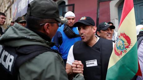 Putschistenführer Luis Fernando Camacho begrüßt am 10. November 2019 einen Polizeioffizier in der bolivianischen Hauptstadt La Paz. Camacho machte eigenen Angaben zufolge gemeinsame Sache mit Armee und Polizei, um den wiedergewählten Präsidenten Evo Morales zu stürzen.