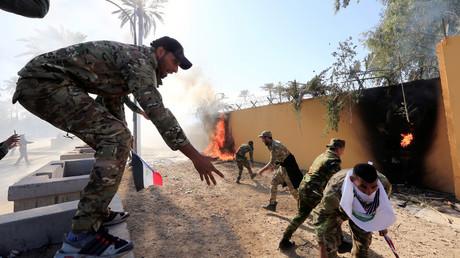 Anhänger der schiitischen Miliz Kata'ib Hisbollah legen Feuer am äußeren Sicherheitsring der US-Botschaft in Bagdad, 31. Dezember 2019.