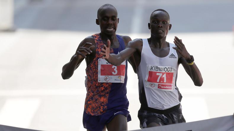 Verfrühte Freude und entscheidende Beschleunigung: Läufer bezwingt Rivalen auf Ziellinie