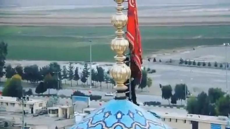 """Iran: Blutrote """"Fahne der Rache"""" an heiligem Ort des schiitischen Islam gehisst"""