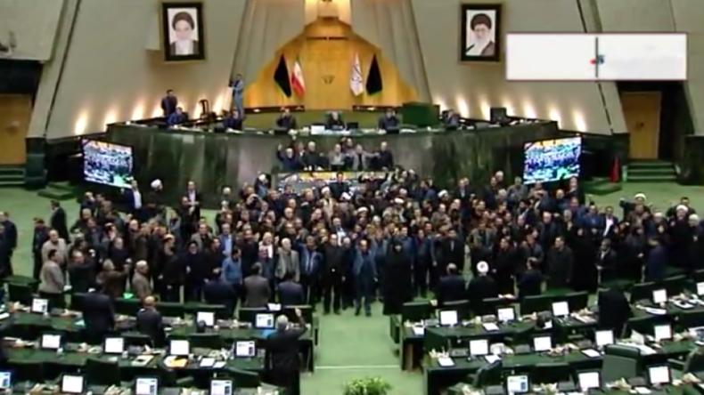 """Iran nach US-Attentat auf beliebten Top-General: Abgeordnete rufen im Parlament """"Tod für Amerika"""""""