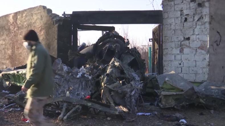 Flugzeugabsturz im Iran hinterlässt ein einziges Trümmerfeld – Angeblich auch Deutsche unter Opfern
