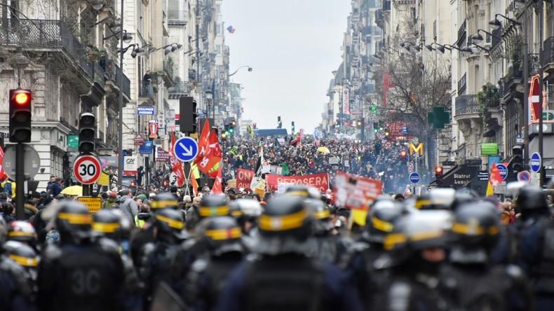Frankreich: Massive Proteste und Zusammenstöße mit der Polizei (Video)