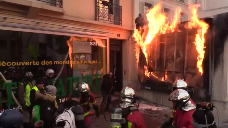 Proteste gegen Rentenreform: Demonstranten legen in Paris Feuer