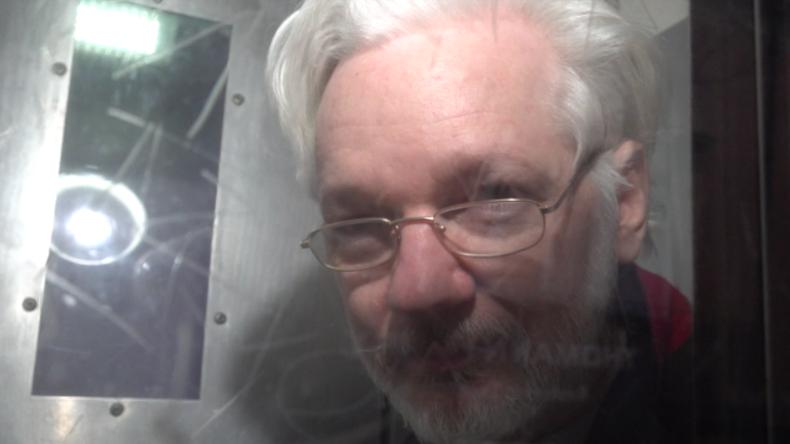 Vor laufender Kamera: Aktivist spricht zu Julian Assange und übermittelt ihm wichtige Botschaft