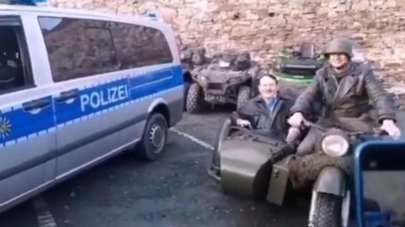 Polizist lacht über Hitler-Imitator: Beiden drohen Konsequenzen (Video)