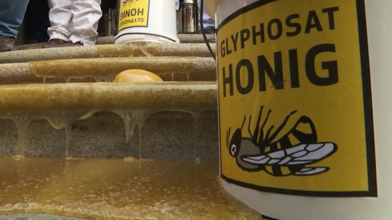 Wütende Imker kippen Julia Klöckner mit Glyphosat verpesteten Honig vors Agrarministerium