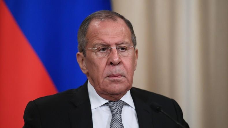 Russlands Übergangs-Außenminister Sergei Lawrow gibt Pressekonferenz (mit Simultanübersetzung)