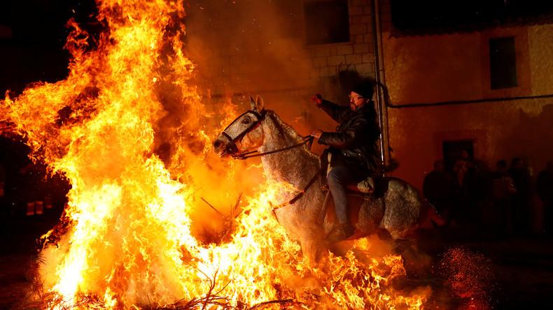 Las Luminarias: Ein spanisches Fest mit Feuer und Pferden