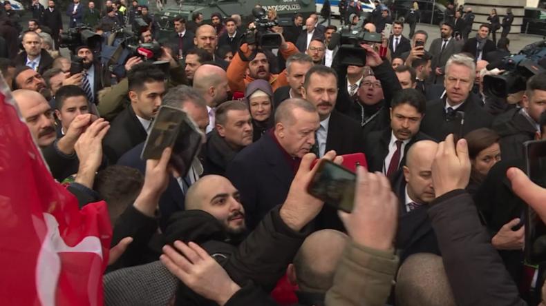 Berlin: Erdoğan badet in Fanmenge am Potsdamer Platz