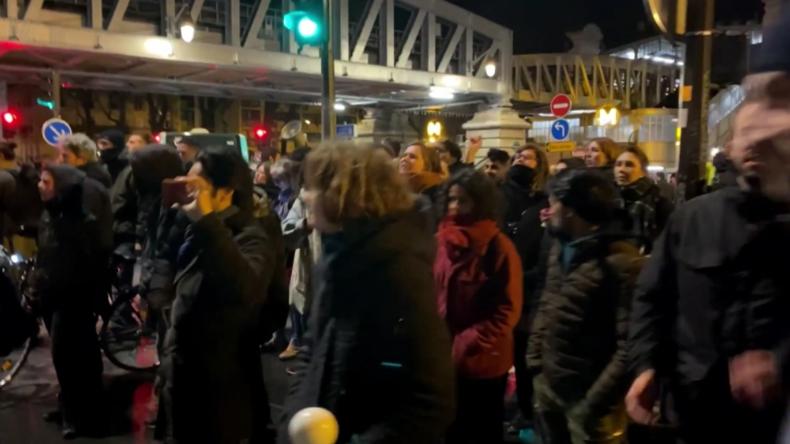 """""""Kurzzeitig evakuiert"""" – Demonstranten suchen Macron bei Theaterbesuch auf"""