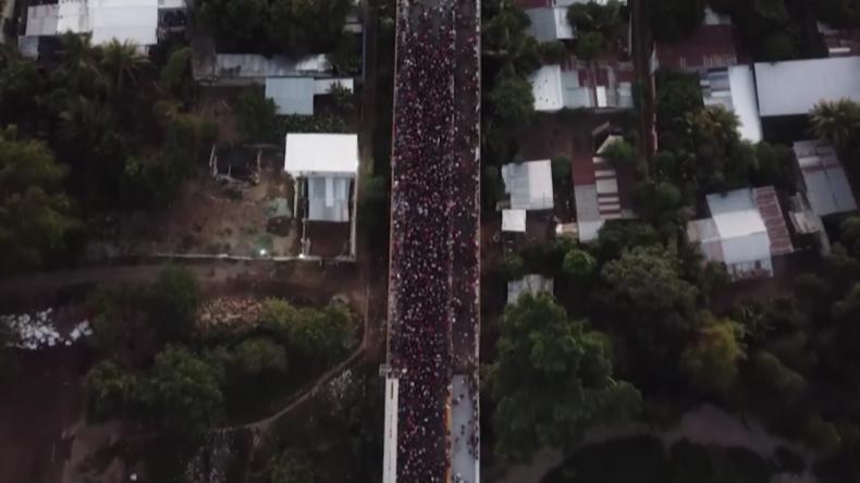 Drohne filmt neue Flüchtlingswelle in die USA und Zusammenstöße an Grenze zu Mexiko