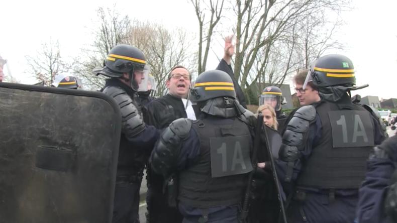 Bei Treffen von Macron und Konzernchefs in Dünkirchen: Hunderte Protestler fordern seinen Rücktritt