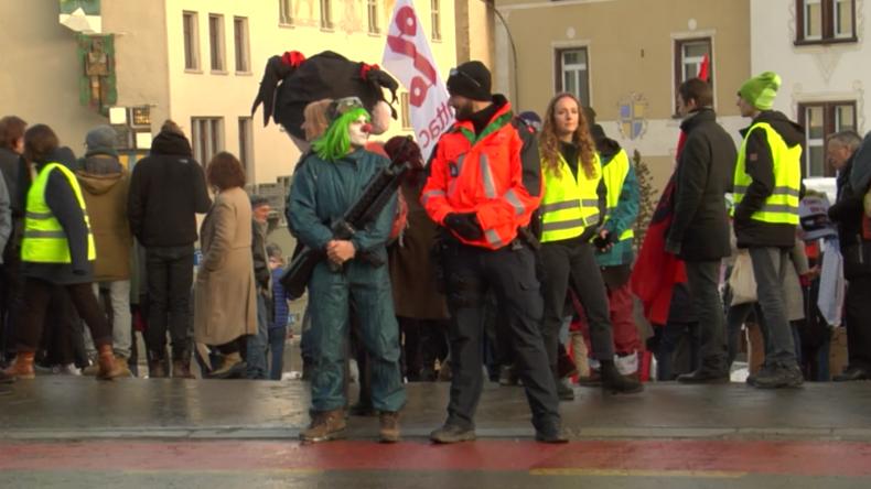 """Protest gegen Weltwirtschaftsforum: """"Demokratie? Eliten teilen hier die Welt unter sich auf"""""""