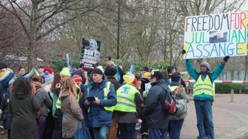 London: Gelbwesten aus Frankreich unterstützen Assange-Anhänger bei Protest vor Belmarsh-Gefängnis