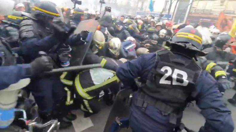 Krasse Aufnahmen aus Frankreich: Polizisten knüppeln auf protestierende Feuerwehrleute ein