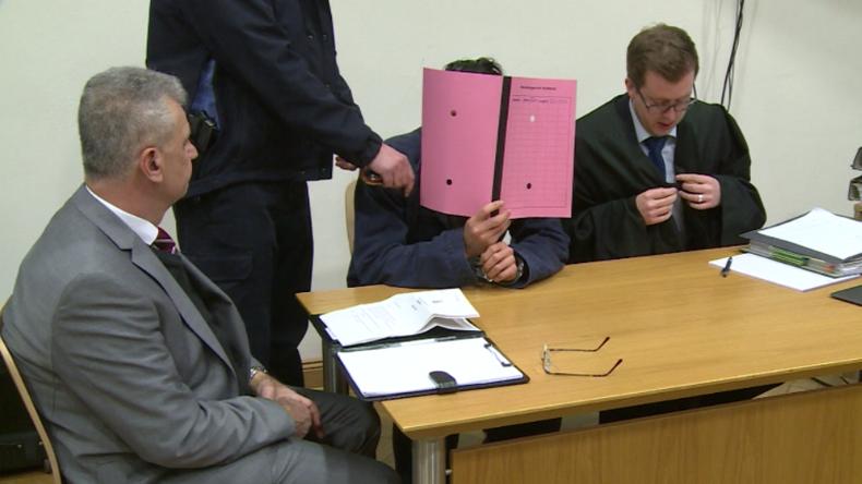 """Koblenz: Syrischer Islamist vor Gericht – """"Mit abgetrenntem Kopf in der Hand vor Kamera posiert"""""""