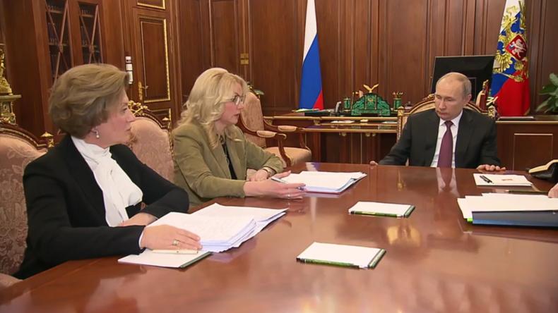 Russische Touristen kehren aus China zurück – Putin trifft Beamte des Gesundheitsministeriums