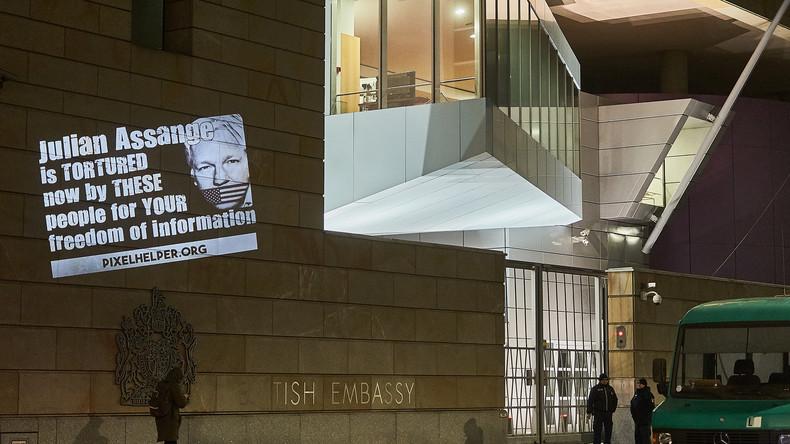 Lichtinstallationen in London und Berlin als Solidaritätsaktion für Julian Assange