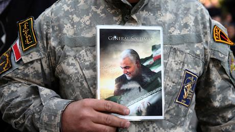 Ein Demonstrant hält das Bild von Soleimani während eines Protestes gegen die Ermordung des iranischen Generalmajors Qassem Soleimani bei einem US-Luftangriff auf dem Flughafen von Bagdad am 3. Januar 2020 in Teheran, Iran, getötet wurden.