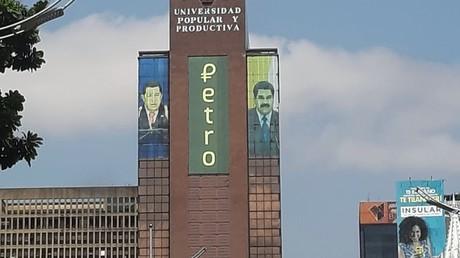Maduro: Venezuela exportiert Erdöl und Gold künftig in Landes-Kryptowährung Petro (Symbolbild Caracas, 18. April 2019: Werbung der venezolanischen Landes-Kryptowährung Petro auf einer Gebäudefassade)