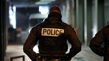 (Symbolfoto) Ein Polizist vor einem Tunnel in der Nähe von Paris