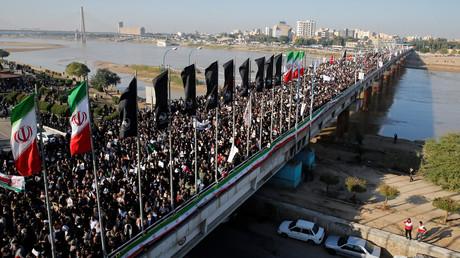 Hunderttausende Menschen nehmen am 5. Januar 2020 in der Stadt Ahvaz im Iran am Trauerzug für den ermordeten General Qassem Soleimani teil.