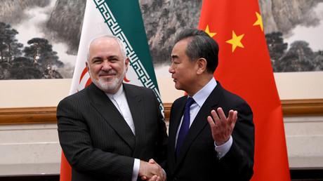 Chinas Außenminister Wang Yi und sein iranischer Amtskollege Mohammad Dschawad Sarif bei einem Treffen am 31. Dezember 2019 in Peking