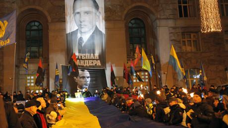 Die Feierlichkeiten in der ukrainischen Hauptstadt zu Ehren des OUN-Gründers Stepan Bandera vor der Kiewer Stadtverwaltung am 1. Januar 2020.