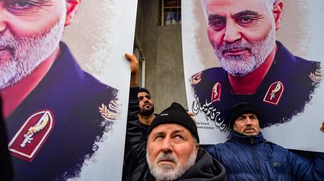 Trauernde mit Bildern des Ermordeten vor dem US-Konsulat in Istanbul am Sonntag