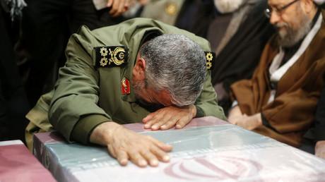 Der iranische Brigadegeneral Esmail Ghaani trauert am Sarg des von den USA getöteten Generals Qassem Soleimani. Ghaani wurde zum Nachfolger Soleimanis als Kommandeur der Al-Quds-Truppe ernannt. (Teheran, 6. Januar2020)