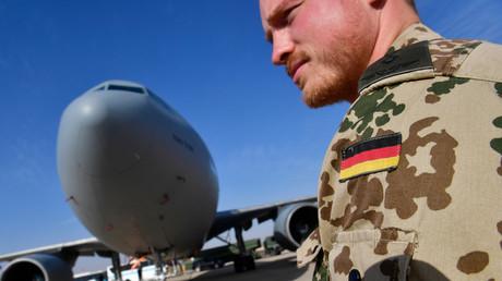 (Archivbild). Ein Bundeswehrsoldat neben einem Airbus-A-310-Tankflugzeug der deutschen Luftwaffe auf dem jordanischen Luftwaffenstützpunkt Al-Azraq, 13. Januar 2018.