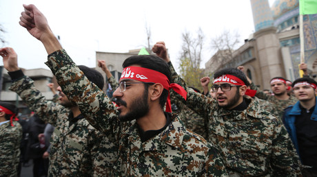 Hunderttausende Männer trugen bei Protesten im Iran aufgrund der gezielten Tötung von Generalmajor Qassem Soleimani ein rotes Stirnband, mit dem sie ihre Bereitschaft zur Rache signalisierten (Bild vom 4. Januar).