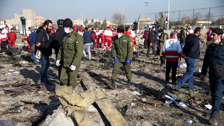 Sicherheitsbeamte und Mitarbeiter des Roten Halbmondes nahe der Absturzstelle des Flugzeug der Ukraine International Airlines am Stadtrand Teherans.