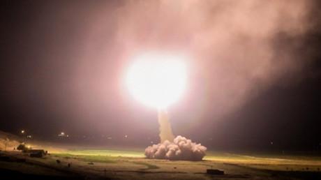 Ein Foto, das in den iranischen Medien im Umlauf ist und angeblich eine Rakete zeigt, die als Vergeltung für die kürzliche Ermordung des iranischen Spitzengenerals Soleimani auf eine US-Basis im Irak abgefeuert wurde.
