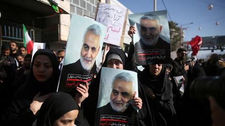 Teilnehmer der Beerdigung von Qassem Soleimani im iranischen Kerman halten Plakate mit dem Konterfei des von den USA getöteten Generals hoch. (7. Januar 2020)