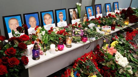 Trauerbekundung: Portraits der bei dem Absturz ums Leben gekommenen Crewmitglieder am Flughafen in Kiew.