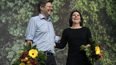 Es läuft gut für die Grünen. Diese Blumen allerdings gab es nicht zum Geburtstag der Partei, sondern für das Führungsduo Habeck/Baerbock nach der Wiederwahl im November 2019.
