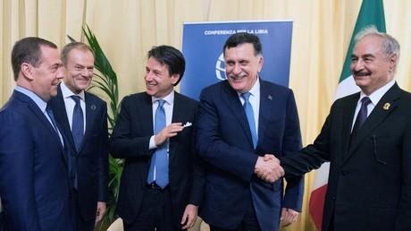 Keine Feuerpause zum Sonntag in Libyen: Haftar lehnt Putins und Erdoğans Vorschlag ab (Archivbild: Vor einem Jahr war das noch möglich – Fayiz al-Sarradsch und Chalifa Haftar geben sich die Hand beim internationalen Treffen zu Libyen in Palermo, 13. November 2018)