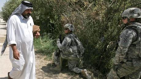 US-Soldaten und ein Einwohner während einer Patrouille im irakischen Kerbala, Juli 2010